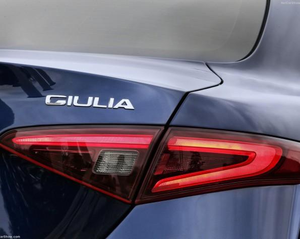 Alfa Romeo Giullia achter licht