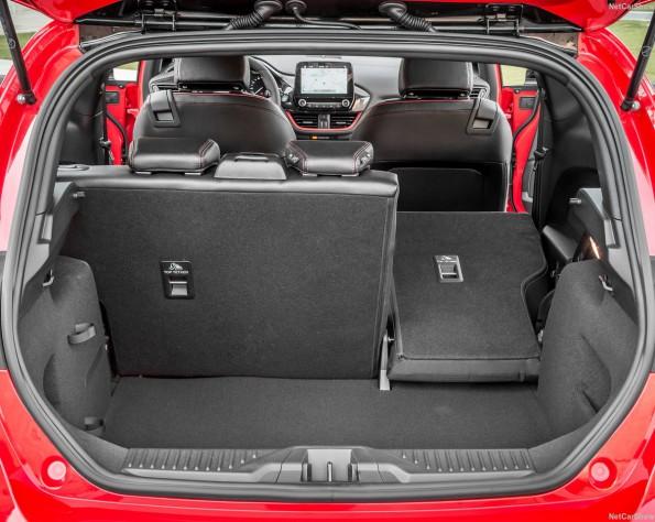 Rode Ford Fiesta kofferbak ruimte met de achterstoel naar voren geklapt