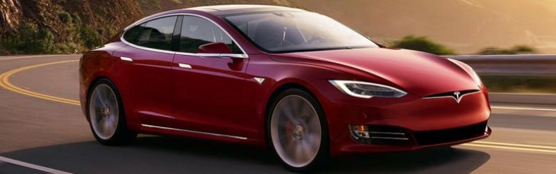 een rode Tesla rijdend over de weg
