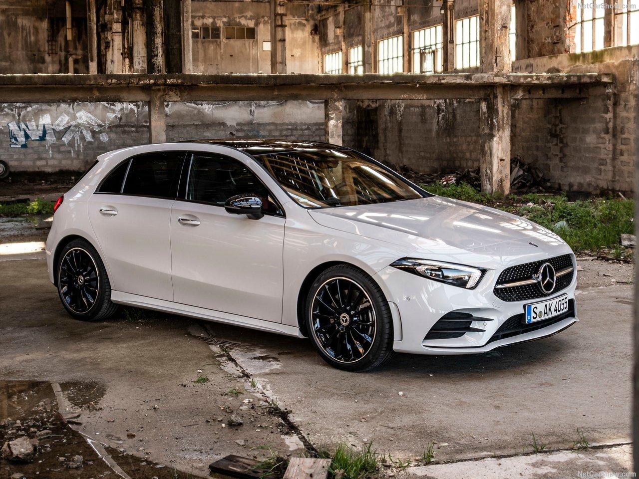 Witte Mercedes A-klasse voor een gesloopt pand