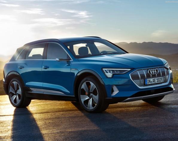 Audi e-tron bij zonsondergang