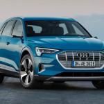 De nieuwe Audi e-tron blauw stilstaand