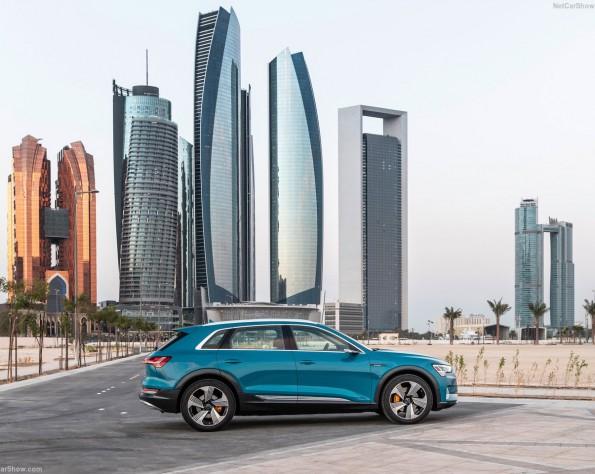 Zijkant Audi e-tron met op de achtergrond wolkenkrabbers