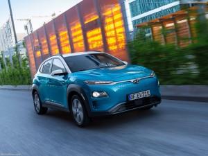 Een rijdende blauwe auto