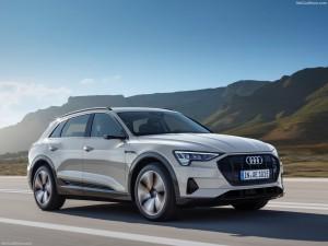 Nieuwe Audi e-tron rijdend over de weg