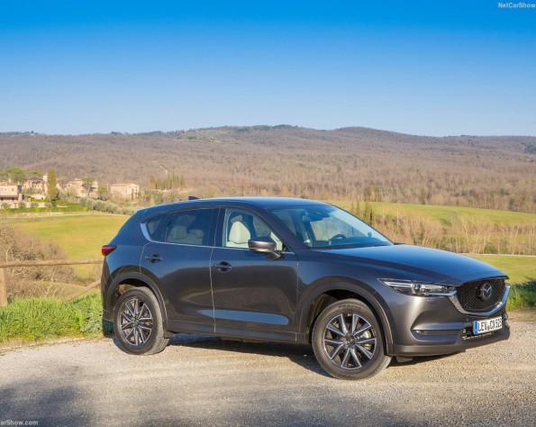Mazda CX-5 geparkeerd met op de achtergrond landschap