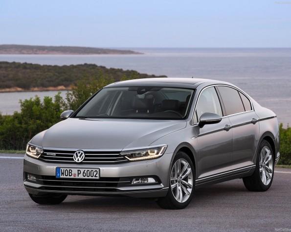 Volkswagen Passat stilstaand op een berg