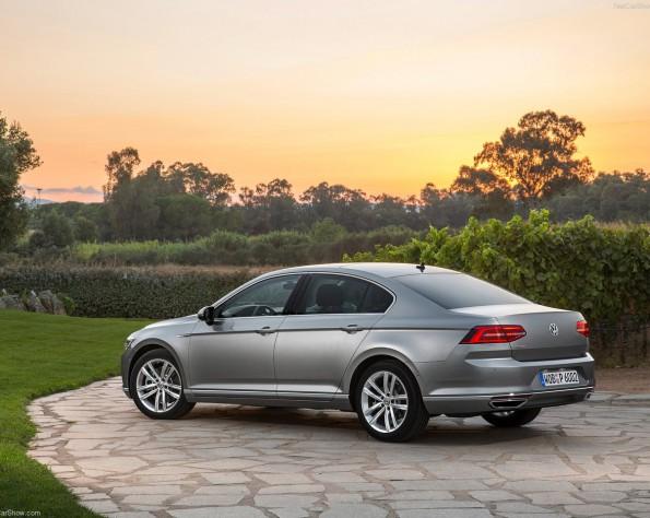 Volkswagen Passat zijkant stilstaand