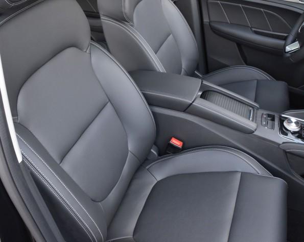 MG ZS EV stoelen voor