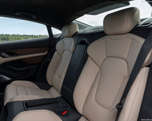 Porsche Taycan interieur achter
