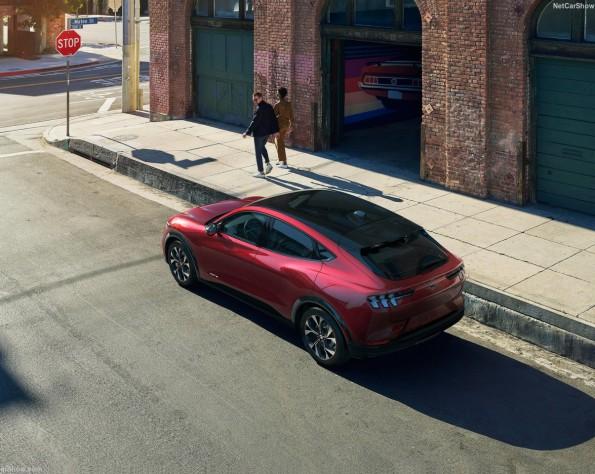 Ford Mustang Mach e lease zijkant van bovenaf