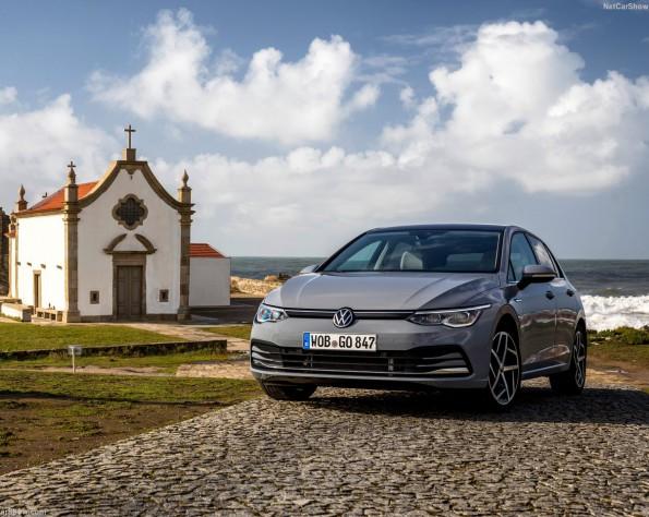 Volkswagen Golf 8 lease voorkant bij kerk