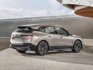 BMW iX achterkant zijkant